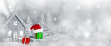 Cartolina di Natale con la casa in neve immagini stock