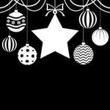 Cartolina di Natale con le bagattelle e la stella su fondo nero Fotografie Stock Libere da Diritti