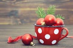 Cartolina di Natale con le bagattelle rosse di Natale Fotografie Stock Libere da Diritti