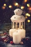 Cartolina di Natale con le candele brucianti e le decorazioni Immagini Stock