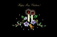 Cartolina di Natale con le candele brucianti, la campana ed i fiori su fondo nero Fotografia Stock Libera da Diritti
