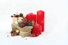 Cartolina di Natale con le candele, orologi, granate dei regali fotografie stock