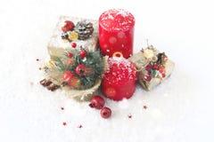 Cartolina di Natale con le candele, orologi, granate dei regali fotografie stock libere da diritti