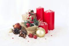 Cartolina di Natale con le candele, orologi, granate dei regali fotografia stock libera da diritti