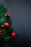 Cartolina di Natale con le decorazioni astratte di festa sopra la parte posteriore del nero Immagini Stock