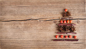 Cartolina di Natale con le decorazioni naturali su fondo di legno Fotografie Stock Libere da Diritti