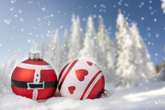 Cartolina di Natale con le palle di Natale e gli alberi nevosi Fotografie Stock Libere da Diritti