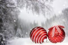 Cartolina di Natale con le palle di Natale e gli alberi nevosi Immagini Stock