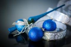 Cartolina di Natale con le palle ed il nastro blu Immagini Stock