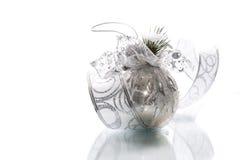 Cartolina di Natale con le palle ed il nastro d'argento Fotografie Stock