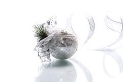 Cartolina di Natale con le palle ed il nastro d'argento Fotografia Stock Libera da Diritti