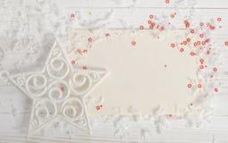 Cartolina di Natale con neve e le stelle rosse Fotografia Stock Libera da Diritti