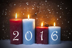 Cartolina di Natale con quattro candele per l'arrivo, 2016, fiocchi di neve Immagini Stock Libere da Diritti