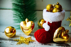 Cartolina di Natale con Santa Boot Ornament And Decor rossa sul fondo di legno di Snowy Fuoco selettivo con lo spazio della copia Immagine Stock Libera da Diritti