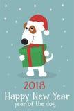 Cartolina di Natale con un cane sveglio in cappello e regali di Santa Fotografie Stock Libere da Diritti