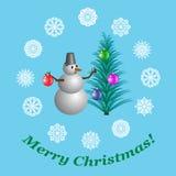 Cartolina di Natale con un pupazzo di neve che decora un albero di Natale con le palle di Natale, illustrazione Fotografia Stock