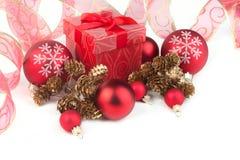 Cartolina di Natale con un regalo Immagini Stock Libere da Diritti