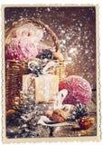 Cartolina di Natale d'annata con i regali e la neve di caduta, tono d'annata Fotografia Stock Libera da Diritti