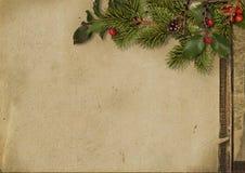Cartolina di Natale dell'annata Ramo ed agrifoglio di albero sulla carta di lerciume Immagini Stock Libere da Diritti