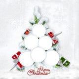 Cartolina di Natale di saluto con l'albero nevoso e strutture per la famiglia fotografia stock libera da diritti