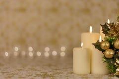 Cartolina di Natale di saluto con le candele brucianti e gli ornamenti fotografie stock