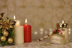 Cartolina di Natale di saluto con le candele brucianti e gli ornamenti immagine stock