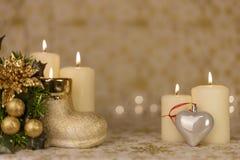 Cartolina di Natale di saluto con le candele brucianti e gli ornamenti immagini stock libere da diritti