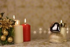 Cartolina di Natale di saluto con le candele brucianti e gli ornamenti fotografia stock