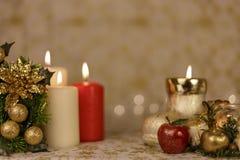 Cartolina di Natale di saluto con le candele brucianti e gli ornamenti immagini stock