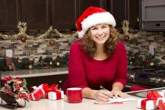 Cartolina di Natale di scrittura della donna Fotografia Stock