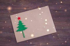 Cartolina di Natale fatta a mano di firma con l'Natale-albero del feltro, l'effetto dei fiocchi di neve e la stella rossa Fotografie Stock