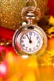 Cartolina di Natale L'orologio d'annata d'argento su un fondo rosso con va Immagine Stock Libera da Diritti