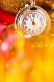 Cartolina di Natale L'orologio d'annata d'argento su un fondo rosso con va Immagini Stock