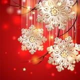 Cartolina di Natale rossa con i fiocchi di neve dell'oro Fotografie Stock Libere da Diritti