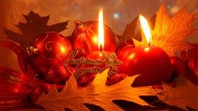 Cartolina di Natale rossa con le decorazioni - foto di riserva Fotografia Stock