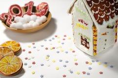Cartolina di Natale: su un piatto di legno sono i biscotti dello zenzero rosso sotto forma dei numeri 2019 e fiocchi di neve roto immagini stock libere da diritti