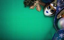 Cartolina di Natale verde con la mascherina carnaval Fotografia Stock