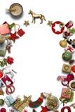 Cartolina di Natale vuota, raccolta, regali ed ornamenti decorativi, su fondo blu Immagini Stock