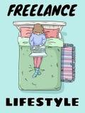 Cartolina divertente sveglia di stile di vita indipendente Ragazza con il computer portatile sul manifesto del letto Immagine com royalty illustrazione gratis
