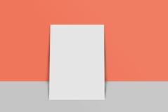 Cartolina e copertura del modello Carta del Libro Bianco sul fondo di colore e di grey Fotografia Stock