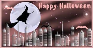 Cartolina per Halloween felice La strega su una scopa ed i pipistrelli stanno sorvolando la città su una notte illuminata dalla l Immagine Stock