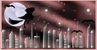 Cartolina per Halloween La strega su una scopa ed i pipistrelli stanno sorvolando la città su una notte illuminata dalla luna Fotografia Stock