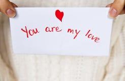 Cartolina per il giorno di biglietti di S. Valentino in mani della ragazza Immagine Stock Libera da Diritti