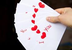 Cartolina per il giorno di biglietti di S. Valentino in mani della ragazza Fotografia Stock Libera da Diritti