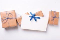Cartolina vuota e contenitori di regalo avvolti con i presente su textur immagine stock libera da diritti