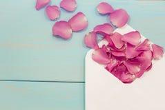 Cartoline bianche in bianco, cartolina vuota, postcrossing, lettera di amore Natura morta, vista superiore, spazio della copia Gr Fotografia Stock Libera da Diritti