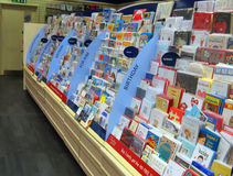 Cartoline d'auguri in un deposito Fotografie Stock