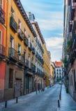 Cartoline dalla Spagna Via a senso unico del vicolo nella città di Madrid, Spagna Fotografie Stock Libere da Diritti