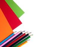 Carton et crayons colorés Photos stock