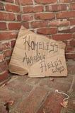 Carton sans abri faisant la manche le signe photos libres de droits